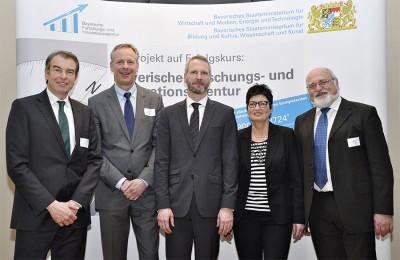 V.l.n.r.: Dr. Markus Eder (Bayern Innovativ GmbH), Peer Biskup (Bayerische Patentallianz GmbH), Martin Reichel (Bayerische Forschungsallianz GmbH), Dorothea Leonhardt (Bayerische Forschungsstiftung), Rainer Lorenz (Projektträger Bayern - ITZB)